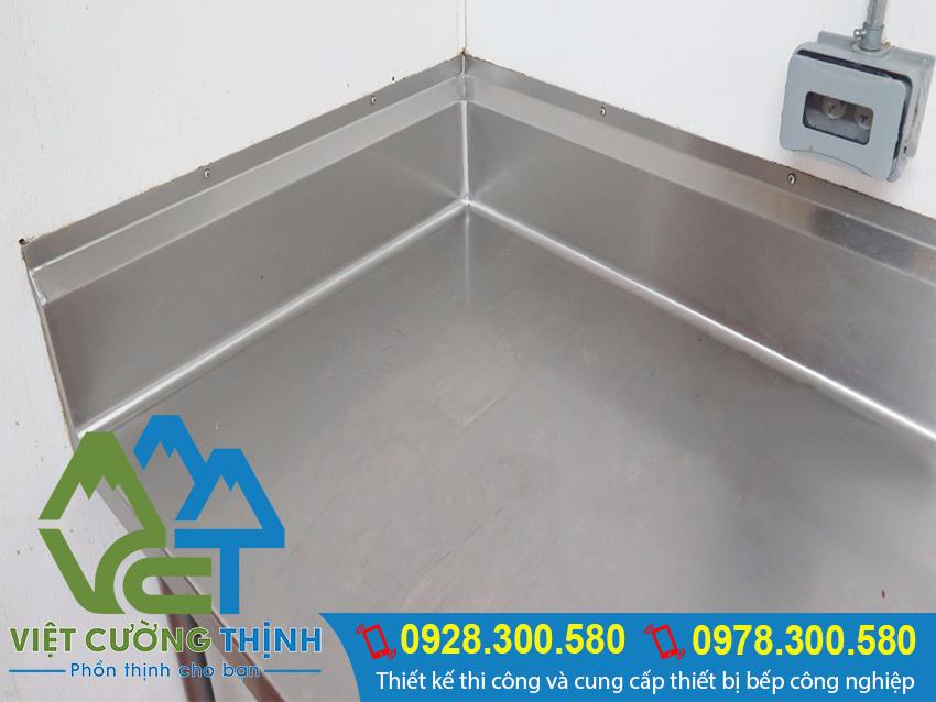 Bếp inox góc với hình dạng L và gia công bằng chất liệu inox. Đặt tại góc tường giúp gian bếp trong gọn gàng hơn.