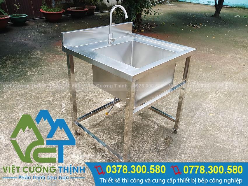 Chậu rửa inox đơn được gia công từ inox 304 ngoại nhập. Với thiết kế chân bề mặt có độ sáng bóng nên dễ dàng vệ sinh.