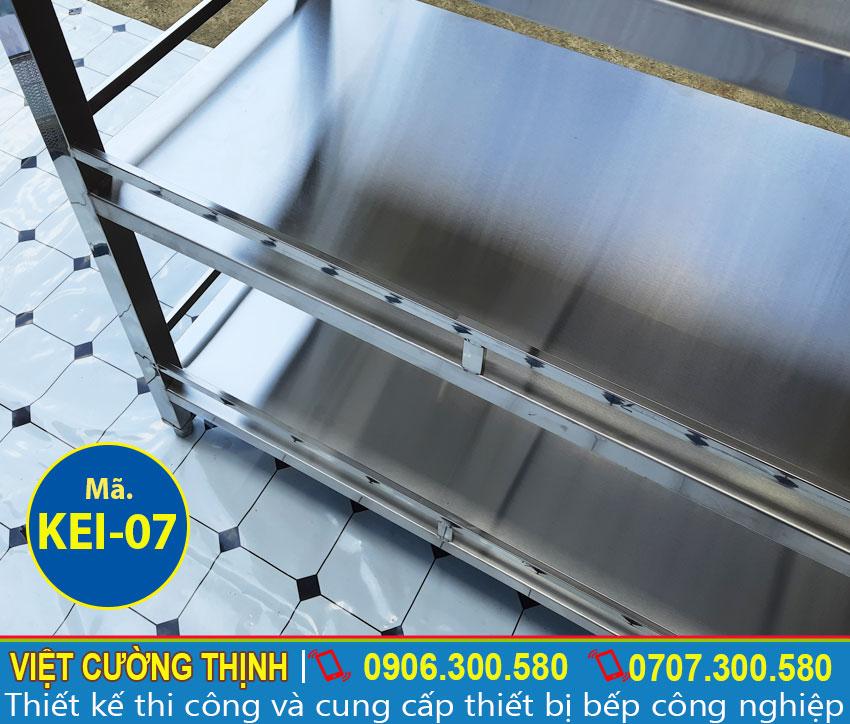 Cấu tạo kệ bếp inox 304 có độ bền cao, chắc chắn và có thể điều chỉnh.