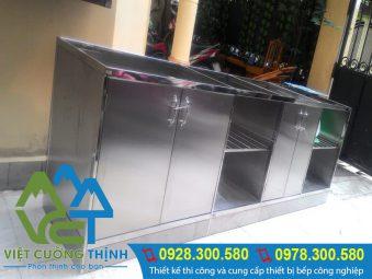 Tủ đựng chén bát bằng inox rất bền.