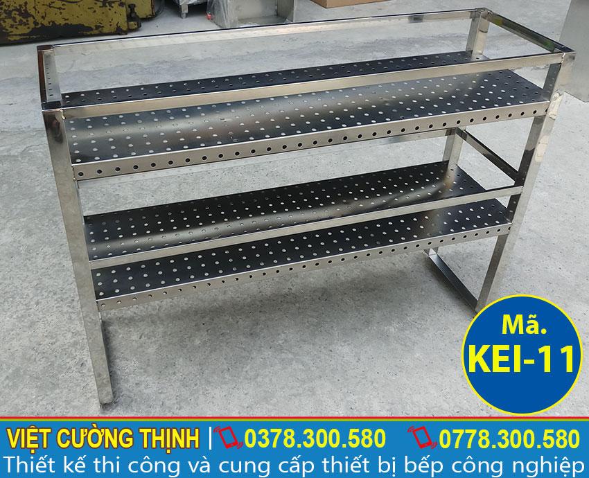 Kệ bếp inox công nghiệp, kệ inox 2 tầng thiết kế bằng chất liệu inox 304 có độ bền cao.