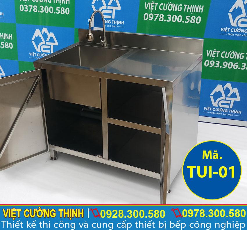 Tủ đựng chén bát bằng inox được thiết kế tích hợp giữa tủ đựng đồ cùng bồn rửa đa năng và tiện dụng.