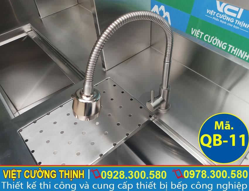 Chi tiết bồn rửa inox được tích hợp sẵn trong quầy pha inox, quầy bar trà sữa inox 1m6 QB-11 (Ảnh thật tế).