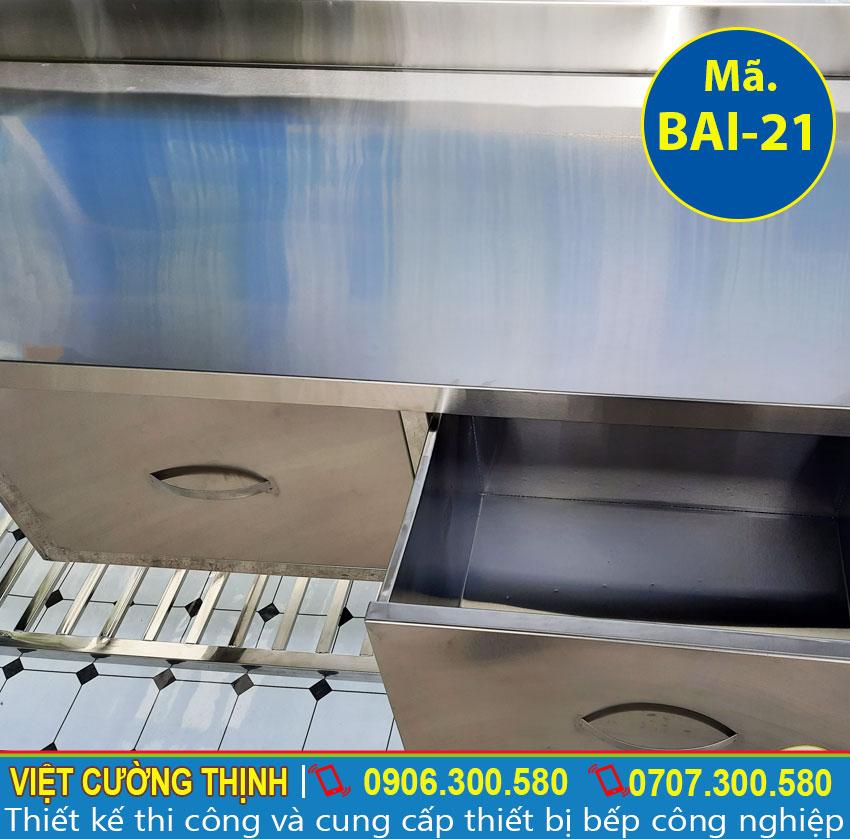 Hệ thống hộc tủ được thiết kế tiện nghi, giúp thuận tiện sắp xếp đồ dùng bếp một cách gọn gàng.