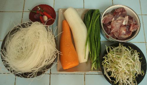 Nguyên liệu chuẩn bị nấu hủ tiếu xương.