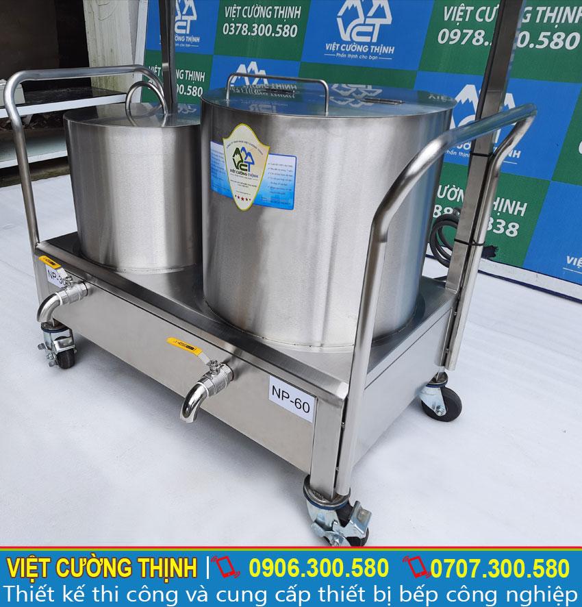 Nắp nồi phở điện được thiết kế hình bán nguyệt, dễ dàng đóng mở lấy nước, giảm thiểu nhiệt năng tỏa ra ngoài, giữ cho nước dùng nóng lâu hơn.