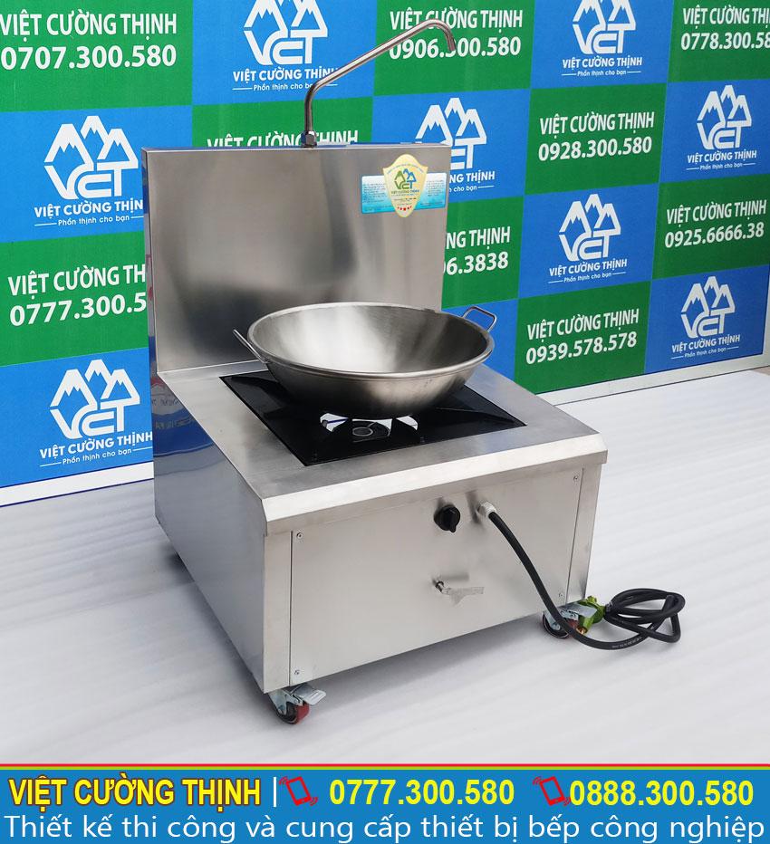 Chảo chiên và bếp gas inox có độ bền cao, thiết kế đơn giản và sang trọng