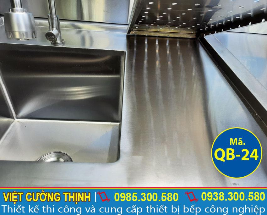 Kệ úp ly thiết kế những lỗ nhỏ giúp thoát nước làm khô ly nhanh chóng.