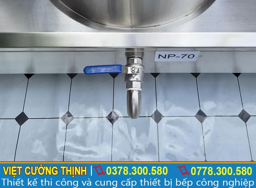 Sẩn phẩm thiết kế bánh xe và van xả nước bên dưới đáy nồi, giúp di chuyển thuận tiện và vệ sinh dễ dàng.