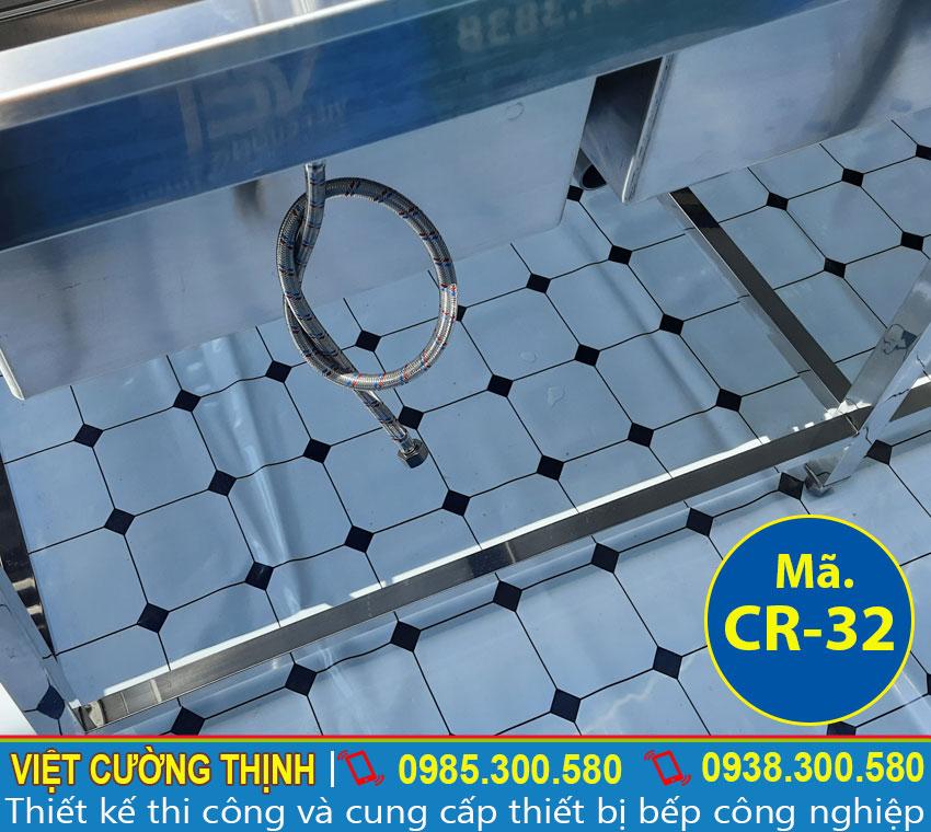 Ống dẫn nước nằm bên dưới bồn rủa, thiết kế hiện đại, không bị rò rỉ nước trong quá trình sử dụng.