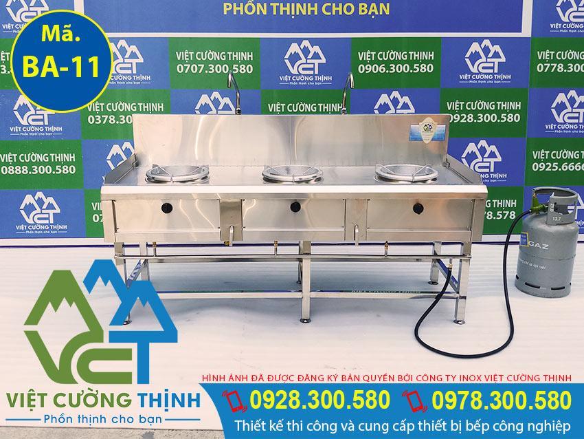 bếp khè công nghiệpthường được đặt trên một chiếc bàn có chân cao và họng gas nằm cách nhau một khoảng nhất định
