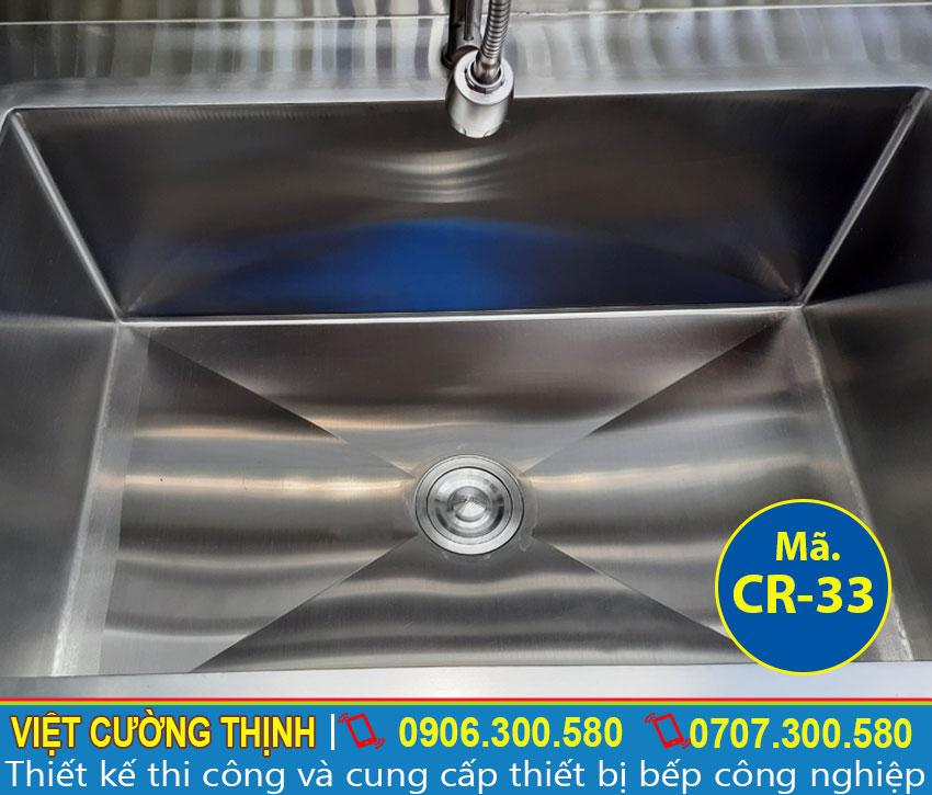 Hộc rửa chén thiết kế lớn giúp chứa vệ sinh lượng lớn chén bát và thực phẩm.