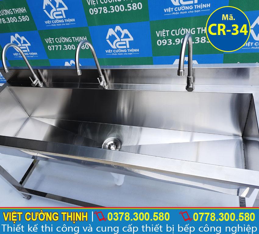 Máng rửa tay inox nhà hàng có thiết kế có 3 vòi rửa, bộ phận thoát nước và có khung chân có thể điều chỉnh theo kích thước người dùng.