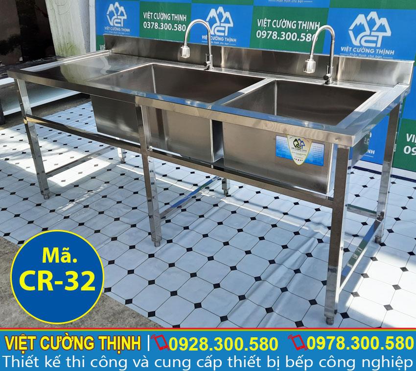Chậu rửa đôi hộc lớn nhỏ có bàn rửa sản xuất bằng inox 304, có độ bền cao và không bị ăn mòn trong quá trình sử dụng.