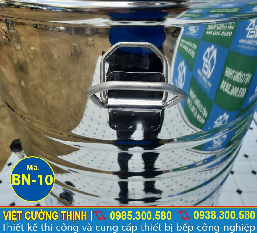 Tay cầm bình nước thiết kế inox 304 cao cấp, dễ dàng di chuyển và an toàn cho người dùng
