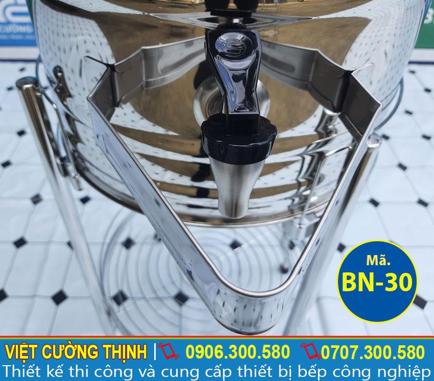 Vòi xả nước bằng inox dễ dàng sử dụng và an toàn cho người sử dụng.