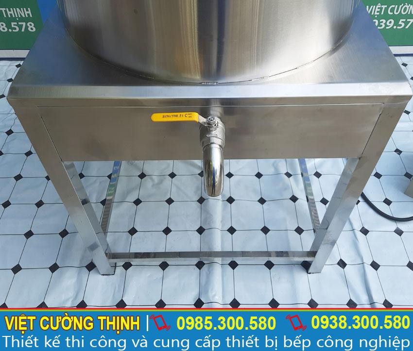 Nồi đun nước nóng công nghiệp, nồi nấu nước bằng điện được gia công hoàn toàn từ inox 304 không gỉ. Tất cả các bộ phận trên nồi inox lớn vô cùng cứng cáp và sáng bóng, chắc chắn.