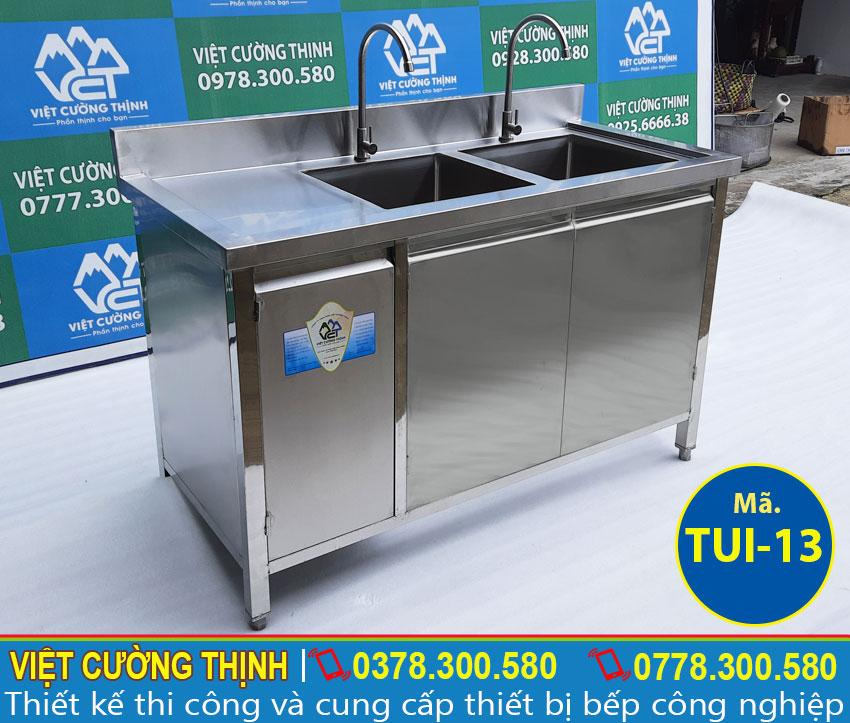 Tủ bếp inox có bồn rửa được gia công từ chất liệu inox 304 cao cấp bền đẹp.