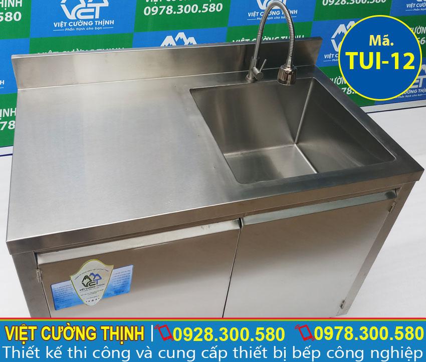 Tủ chén inox có bồn rửa được gia công từ chất liệu inox 304 sáng bóng sang trọng.
