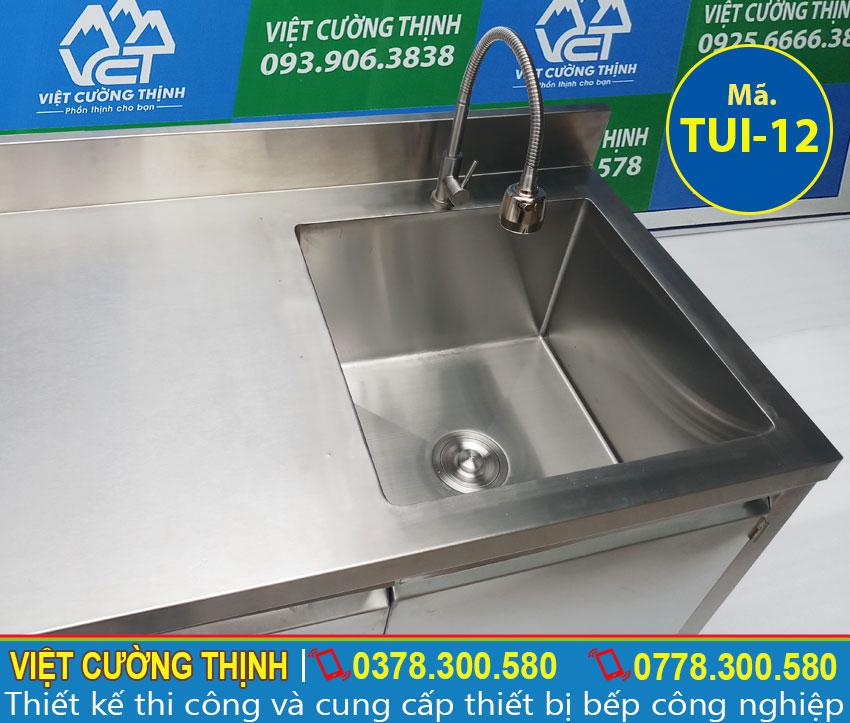 Vòi xả nước cao cấp bên trên bồn rửa.
